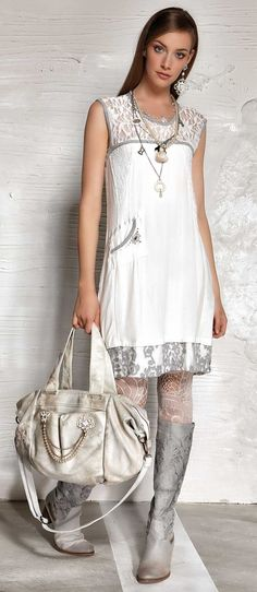 SUCH A SUPERB OUTFIT!! - LOVE HOW SHE HAS USED THIS FAB BAG & BOOTS, TO ACCESSORISE HER OUTFIT!!