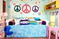 O quarto de menina Peace, montado pela loja paulistana Hits, propõe um revival dos anos 60 e fala de paz, amor e felicidade. Colorido e alegre, nele destacam-se o amarelo e o azul turquesa, além de peças com desenhos e formatos de coração e símbolos daquela década