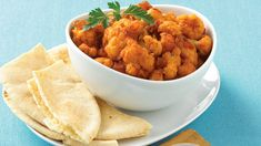 Cauliflower, like paprika, is frequently undervalued in home kitchens. Try topping with fresh tomatoes, chopped black olives, and some low-fat Parmesan cheese. Fun Food, Good Food, Onion Vegetable, Pita Pockets, Food Ideas, Vegetarian, Stuffed Peppers, Dishes