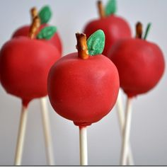 Apple Pie Cake Pops Recipe and Tutorial - a fun idea for stuffed cake pops! Cake pops (either traditional or baked) filled with apple pie filling then decorated like an apple! Great for a fall or back to school party. Apple Cake Pops, Cake Pop Designs, Homemade Teacher Gifts, Festa Party, Moist Cakes, Macaron, Savoury Cake, Cute Cakes, Creative Cakes