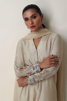 Beautiful Dress Designs, Stylish Dress Designs, Designs For Dresses, Simple Pakistani Dresses, Pakistani Dress Design, Indian Dresses, Pakistani Fashion Party Wear, Pakistani Outfits, Designer Punjabi Suits