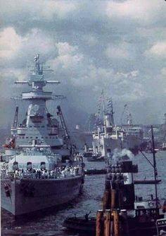 KSM Admiral Graf Spee in Montevideo- Incrociatore pesante Classe Deutschland - Caratteristiche generali: Dislocamentostandard 11.900 t a pieno carico 16.200 t Lunghezza187,9 m Larghezza 21,6 m Pescaggio7,4 m PropulsioneOtto motori diesel MAN doppia azione a due tempi, due eliche, 52.050 CV (40 MW) Velocità28,5 nodi (53 km/h) Autonomia8.900 mn a 20 nodi (16.500 km a 37 km/h) o 19.000 mn a 10 nodi (35.000 km a 18,5 km/h) Equipaggio1.150