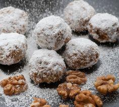 Glutenfreie und kalorienarme Backrezepte: Kalorienarme Walnuss Schneebälle  Sie möchten sich auch in der Weihnachtszeit an eine kalorienarme Ernährung halten? Unser Rezept für Low Carb Walnuss Schneebälle kommt ohne Mehl und Zucker aus. Mandelmehl, Kokosmehl und Walnüsse geben den Low Carb Keksen weihnachtlichen Geschmack. Und das Beste ist: Die Kekse sind auch noch vegan und glutenfrei!