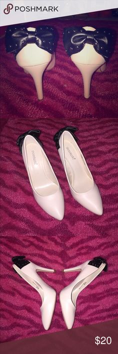 NIB Classic tan heels W/ studded bow on back 🖤👠 NIB Classic tan/ nude/ cream heels with studded bow on back 🖤👠. Rand new, never worn Shoe Dazzle Shoes Heels