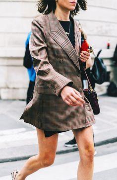 Paris Fashion Week: Die besten Street-Looks der … – Fashionist Street Look, Spring Street Style, Street Style Looks, Street Chic, High Fashion Trends, Fashion Styles, Style Fashion, Blazers, Tweed