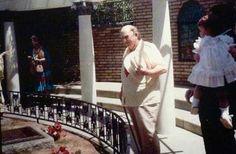 Colonel Tom Parker, visiting Elvis's grave at Graceland Elvis Presley House, Elvis Presley Family, Elvis Presley Photos, Elvis And Priscilla, Priscilla Presley, Lisa Marie Presley, Graceland Mansion, Graceland Elvis, Angels And Demons