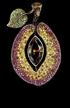 Jewellery Theatre CARAVAGGIO HIGH JEWELLERY PENDANT Ref: O*4_200 YBF1 1 yellow-brown marquise diamond 3,08 ct F.BN.Y.VS2 74 cognac diamonds 0,44 ct 45 green diamonds 0,25 ct 138 canary diamonds 0,81 ct 94 purple diamonds 0,58 ct gold 17,4 g