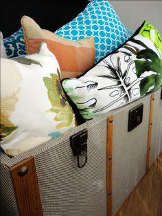 BAÚ DE ALMOFADAS | Elas quebram a monotonia de qualquer ambiente. Aposte nas almofadas estampadas! #almofadas #decoracao #SpenglerDecor
