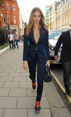 Cara Delevingne arrive à l'hôtel Claridges à Londres, tout de Burberry vêtue avec un costume en soie strech de la ligne Tailored. Le 15 septembre 2014.