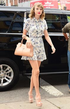 Taylor Swift's gym uniform is just slightly different from every other woman on the planet. While most ladies skip the makeup and break out a tank top, and T. Swift takes a more glamorous approach to fitness. Check out all the pics !
