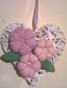 cuore decorativo con fiori in stoffa