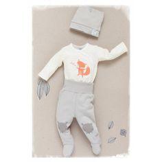 Rozpinane body w kolorze écru w delikatne paski ozdobione radosnym nadrukiem liska. Body wykonane z bawełny najwyższej jakości, wykończone miękką lamówką. Możliwość całkowitego rozpięcia zapewnia komfort przy ubieraniu dziecka. Dostępne w rozmiarach: 56 – 74.