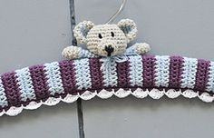 Crochet a clothing hanger Two teddy bears watching after your clothes. Looking for a perfect baby shower gift and want to crochet a clothing hanger? Get the free pattern here! Baby Coat Hangers, Clothes Hanger, Crochet Gifts, Cute Crochet, Crochet Coat, Crochet Baby Clothes, Little Gifts, Baby Knitting, Crochet Projects
