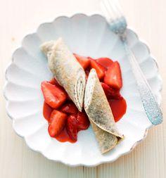 Serviervorschlag für Mohncrêpes mit Quark und Erdbeeren