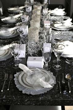 Beautiful And Sparkling New Year Table tablescapes for New Years Eve celebrations inside. Christmas Table Settings, Christmas Tablescapes, Wedding Table Settings, Holiday Tables, Setting Table, Thanksgiving Table, Place Settings, Party Table Decorations, New Years Decorations