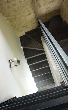 Un monumental escalier dessert l'étage