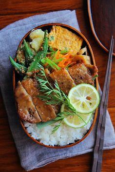 ポークソテー弁当 | 日本の片隅で作る、とある日のお弁当 Bento Recipes, Lunch Box Recipes, Japanese Lunch Box, Japanese Food, Cute Food, I Love Food, Lunch Box Bento, Plate Lunch, Snacks