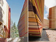 Revestimiento exterior de madera de colores en el Auditorio de L'Aquila. Renzo Piano|Espacios en madera