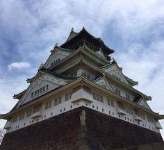 Osaka é a segunda maior cidade do Japão e uma das suas principais atrações é o Castelo de Osaka no alto de uma pequena colina em um belo parque. --------- Osaka is the second largest city in Japan and one of its main attractions is the Osaka Castle high on a small hill in a beautiful park. ---------- #osaka #japao #japanese #japan #viagem #trip #travel #viaje #instatravel  #travelgram #igtravel #beautifulplace #traveladdict #traveltheworld #travelphotography #wanderlust #picoftheday…