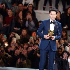 It can be safely said that Song Joong Ki is at the highest point of his career so far, and it came soon after his military discharge. Because of Descendants of the Sun, he is experiencing ep…