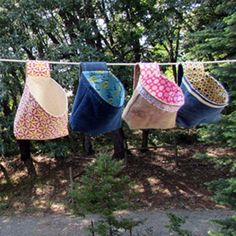Sewing Gifts Clothespin Bag Tutorial - Learn how to make these easy, useful clothespin bags for hanging wash on the line! Bernie from Needle and Foot shows you how. Sewing Patterns Free, Free Sewing, Bag Patterns, Sewing Hacks, Sewing Tutorials, Sewing Tips, Sew Mama Sew, Peg Bag, Leftover Fabric