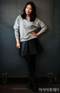 Park Shin Hye - Grey sweater w details Fall Fashion Skirts, Cute Fashion, Asian Fashion, Girl Fashion, Autumn Fashion, Park Shin Hye, Korean Actresses, Korean Actors, Kdrama Actors