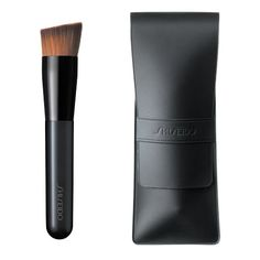 Shiseido Perfect Foundation Brush 131, finally, a foundation brush for use with all formulations- liquid- cream or powder.