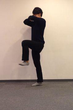 「腰上の浮き輪」 両手を胸の前にクロスして立つ 左右の太ももを交互に持ち上げ床と水平になるあたりまで 15往復