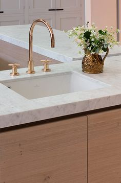 Carrara marble worktop with rose gold tap in urbo kitchen Copper Kitchen Faucets, Carrara Marble Kitchen, Marble Worktops, Kitchen Taps, Kitchen Handles, Cabinet Handles, Gold Taps, Rose Gold Kitchen, Rose Gold Marble