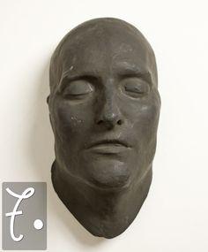 Nella tradizione europea, le maschere mortuarie servono, come nel mondo romano, a conservare un'immagine del defunto che possa poi essere riprodotta in statue e ritratti. In particolare a partire dal Settecento si diffuse la moda di queste maschere, sia per persone illustri (nell'esempio sopra, Napoleone) che per gente comune.