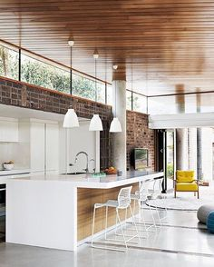 this open-plan kitchen / living area has spun traditional interior design . this open kitchen / living area has a traditional interior design with a wooden roof and glossy white floor upside down. Style At Home, Küchen Design, House Design, Design Ideas, Tile Design, Design Trends, Design Hotel, Modern Design, Sweet Home