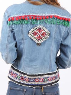 #cazadoravaquera #bohostyle decorada con pasamanerías étnicas, madroños y flecos. Fashion Line, Diy Fashion, Jean Jacket Design, Jean 1, Diy Sac, Denim Art, Diy Vetement, All Jeans, Denim Ideas