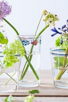 Haal de zomer in huis! Zet wat bloemen op tafel. Gebruik glazen voor een verrassend effect!