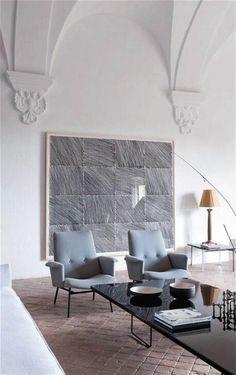 décoration murale appartement, grand tableau d'art en gris, sol en pavés