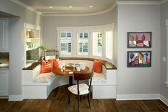 runde sitzecke küche mit essrisch rund und kissen orange