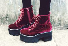 Red velvet shoes me wanty Dream Shoes, Crazy Shoes, Me Too Shoes, Mode Renaissance, Grunge Tattoo, Style Grunge, Hipster Grunge, Soft Grunge, 90s Grunge