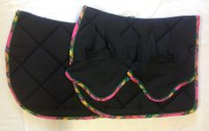 Tapis noir uni, bord à carreaux tons rose - 55 €  Bonnet assorti - 25 €  T Cheval