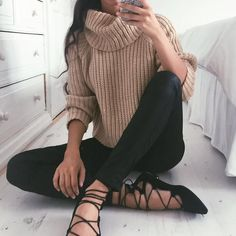 tan turtleneck, black jeans, black lace up flats