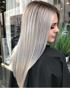 Este posibil ca imaginea să conţină: 1 persoană, cadru apropiat şi în aer liber Silver Blonde Hair, Blonde Hair Looks, Blonde Hair Makeup, Dyed Hair Purple, Dyed Hair Pastel, Balayage Hair Ash, Hair Highlights, Blonde Grise, Balliage Hair