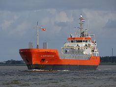 """Buque: """"LADY HESTER"""". Año de contrucción: 2.011.  Tipo: Carga general. Propietario: Beheermaatschappij Lady Hester (Holanda). Operador: Wijnne & Barends' Cargadoors (Holanda). Dimensiones: Eslora 98,2 m. Manga 13,44 m. Calado 5.6 m. Carga (DWT): 3.500 Tm. Motor:MaK 6M25. Potencia: 2.010 kW (2.731 HP) . Velocidad media: 11,5 nudos. Identificativo: PBXO. IMO: 9467249. Bandera: Holanda."""