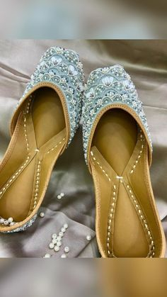 Indian Shoes, Indian Jewelry, Flower Girl Shoes, Girls Shoes, Small Heel Shoes, Indian Wedding Photos, Indian Bridal Hairstyles, Bridal Sandals, Fancy Jewellery