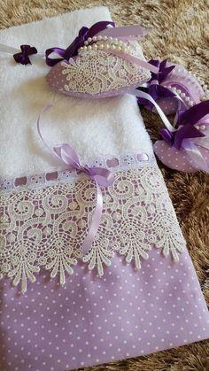 Resultado de imagen para toalhas de lavabo azul marinho Fabric Crafts, Sewing Crafts, Sewing Projects, Towel Crafts, Decorative Towels, Bathroom Towels, Towel Set, Hand Towels, Embroidery Designs