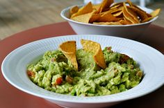 I min verden er en guacamole frisk, sund, med en skøn og kraftig smag og meget langt fra hvad mange danske restauranter og caféer slynger på bordet. Her er mit bud på en autentisk guacamole, som jeg har spist den i Mexico.