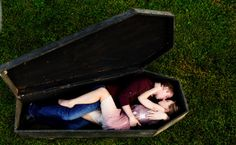 5 Creepy Engagement Shoot Themes (Just In Time For Halloween!) -We would have to find / build a coffin but I love this one! Halloween Coffin, Scary Halloween, Halloween Themes, Engagement Shoots, Engagement Photography, Halloween Photography, Wedding Planning Tips, Wedding Ideas, Wedding Photos