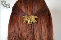 Barrette Arkki en version bronze  Voici un accessoire de cheveux unique pour embellir une tenue ou une coiffure, et donner un aspect elfique ou fantastique.  Elle fait 5,5 cm de longueur sur 4 cm de largeur.  Attention : les barrettes sont à utiliser uniquement pour des mèches de cheveux, et non une queue de cheval entière. Mettre une trop grande quantité de cheveux à lintérieur de la barrette peut la casser.  En achetant cet article, vous adhérez aux conditions de vente de la boutique…