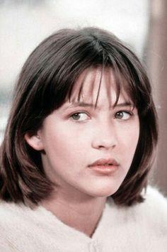 """Sophie Marceau sur le tournage du film """"La Boum 2"""" le 22 juillet 1982, France."""