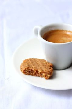 peanut butter shortbread and coffee Biscuit Cake, Biscuit Cookies, Biscuit Recipe, Biscuit Vegan, Coffee Cafe, Shortbread, Sweet Recipes, Dairy Free, Peanut Butter