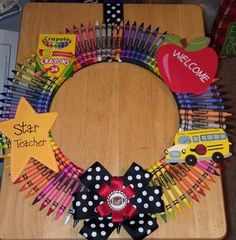 How To Make Wreaths, Crafts To Make, Diy Crafts, Crayon Wreath Tutorial, Student Gifts, Teacher Gifts, Diy Wreath, Wreath Making, Burlap Wreaths