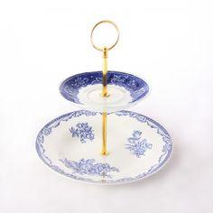 Kerrostarjotin Arabian sinivalkoiset kukat, valmistaja Freesi Idea. Arabian vanhoista lautasista, alempi Celsa- ja ylempi Maisema-sarjaa.  http://aitoataitoa.fi/fi/koti/146-kerrostarjotin-arabian-sinivalkoiset-kukat.html