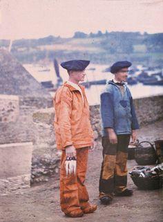 Pêcheurs de Douarnenez (Finistère), vers 1911. Autochrome de Jules Gervais-Courtellemont. © Cinémathèque Robert-Lynen, Ville de Paris. Finistère Bretagne